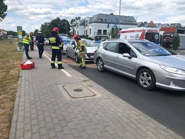 Do wypadku doszło na ul. Zacisze w Zielonej Górze. Zderzyły się tam trzy samochody. Na miejsce przyjechało pogotowie ratunkowe, straż pożarna i policja.Do