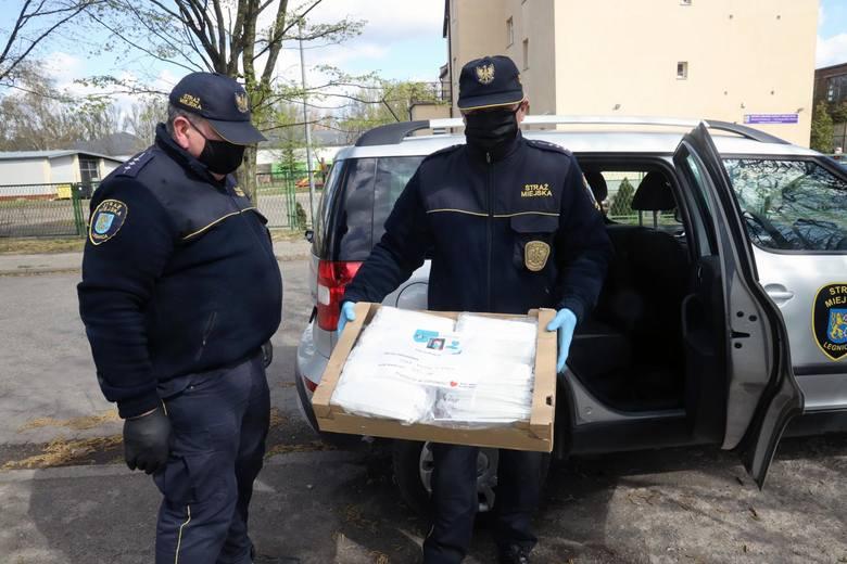 14.04.2020 Legnica - Straż miejska rozdaje darmowe maseczki