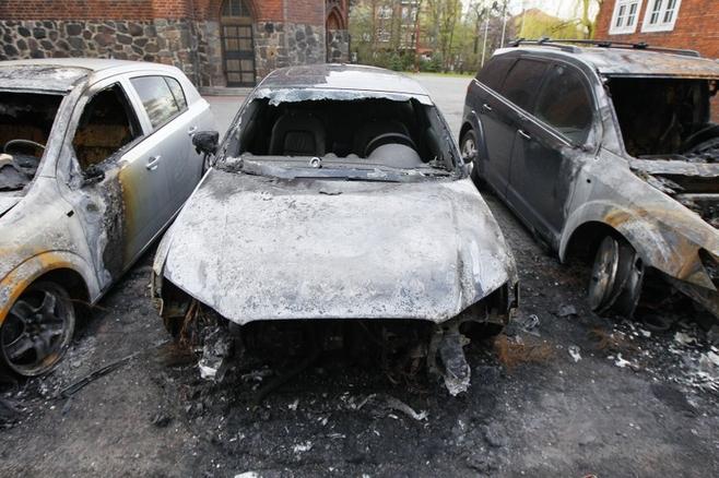 Spalone samochody na ul. Matejki w Poznaniu.