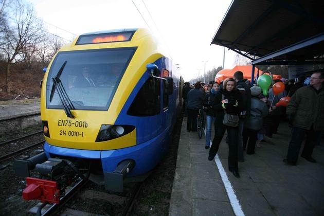 """Pociągi """"Flirt""""   zaskoczyły śląskich pasażerów elegancją i  precyzją wykonania"""