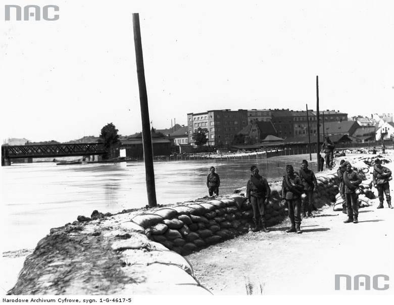 Saperzy układają wał ochronny z worków z piaskiem na placu Na Groblach.<br /> http://audiovis.nac.gov.pl/obraz/95707/cfbe47804c54d9232169c2003327ddfa/