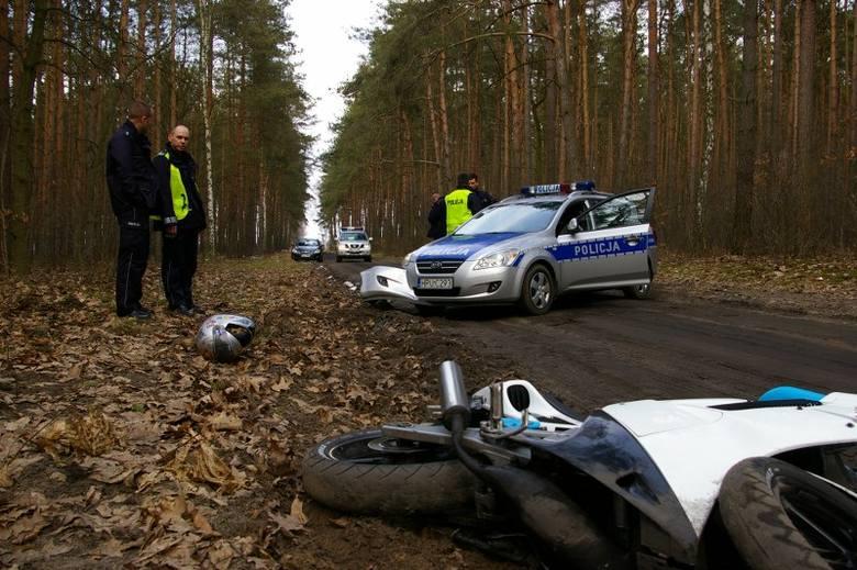 Pościg za nastoletnim motocyklistą zakończył się zderzeniem z radiowozem i potłuczeniami
