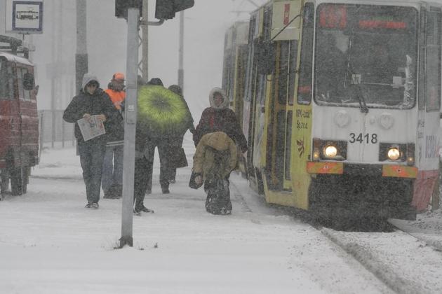 Śnieg w poniedziałek od rana utrudniał podróż kierowcom i pasażerom MPK.