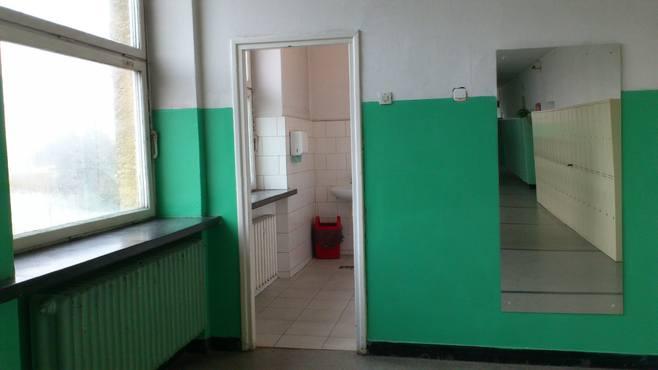 W męskiej toalecie brakuje drzwi