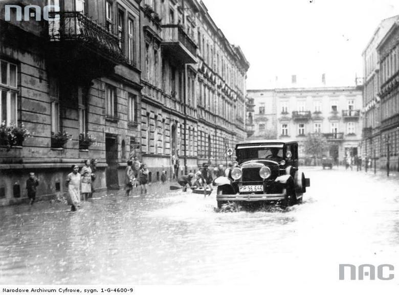 Fragment zalanej jednej z ulic Krakowa.<br /> http://audiovis.nac.gov.pl/obraz/94813/cfbe47804c54d9232169c2003327ddfa/
