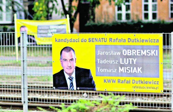 Plakatami z Dutkiewiczem zalany jest nie tylko Wrocław