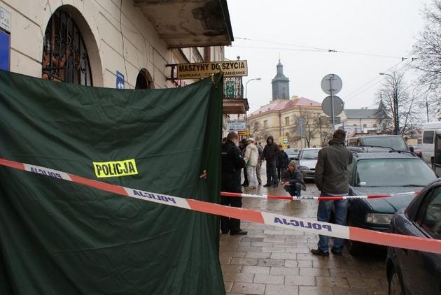 Policjanci przez kilka godzin pracowali wczoraj na miejscu zdarzenia