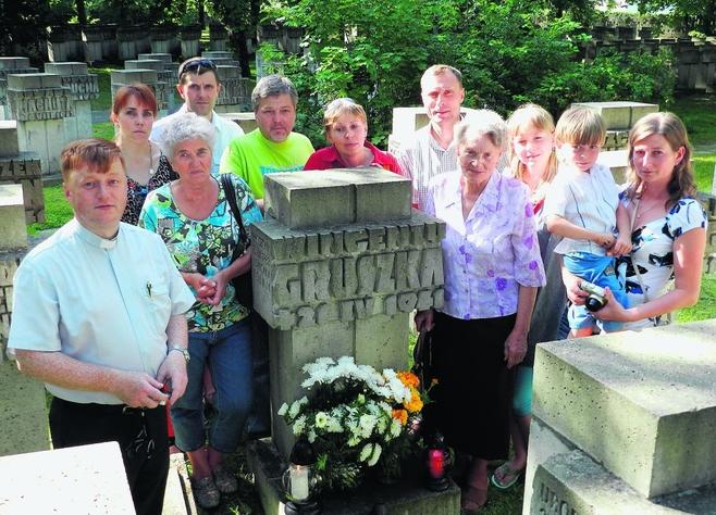 Rodzina Wincentego Gruszki dopiero 71 lat po jego śmierci dowiedziała się, gdzie jest grób ich krewnego. Pierwszy od lewej ksiądz Leszek Jażdżewski