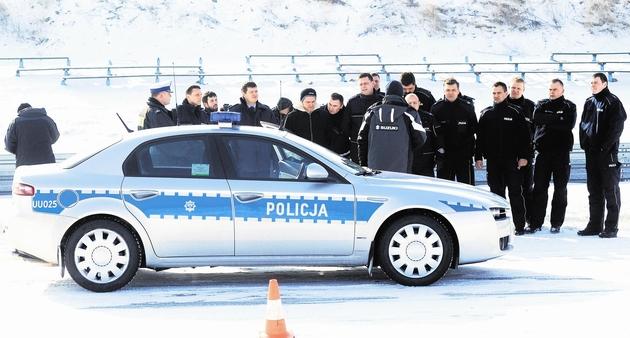 Policjanci ruchu drogowego sprawdzali na Torze Poznań możliwości nowych radiowozów