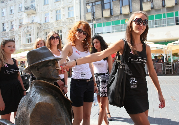 Łódź, ulica Piotrkowska: modelki The Look of the Year Poland.