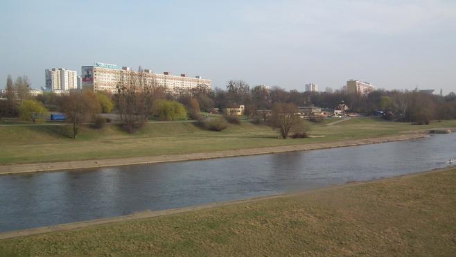 Osiedle Piastowskie - to jeden z bardziej atrakcyjnych adresów w Poznaniu. Położone nad Wartą, ma mnóstwo zieleni, kilka małych i trzy duże, zmodernizowane