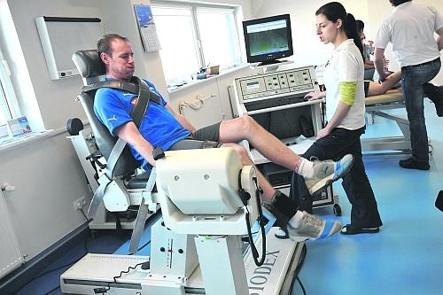 Piotr Reiss podczas badania siły i wytrzymałości mięśniowej