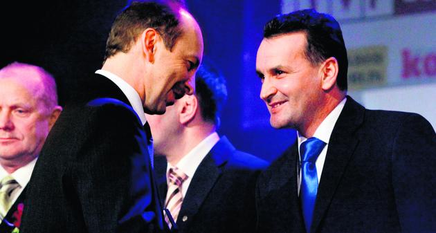 Gala sprzed roku; gratulacje składa dyrektor departamentu sportu w UM Mirosław Korbut