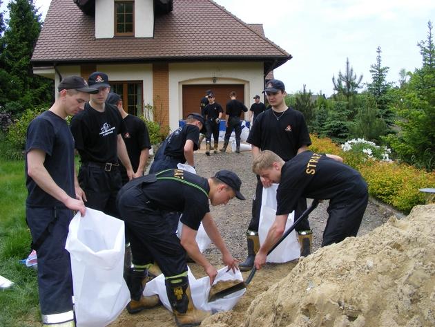 Kadeci ze Szkoły Aspirantów  w Poznaniu pomagali zabezpieczać  dom przy ul.Dąbrowskiego w Luboniu