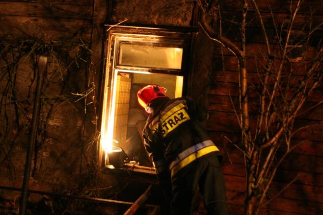 W akcji ratowniczej przy ulicy Ostrówek uczestniczyło ponad dwudziestu strażaków i pięć wozów gaśniczych.