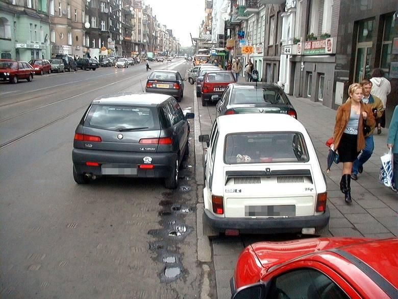 Wyskoczyłeś tylko na chwilę do sklepu? Co z tego, kiedy blokujesz pas? Szczególnie popularne na ulicy Głogowskiej... Korki byłyby zdecydowanie mniejsze, gdyby wszyscy czasem myśleli...
