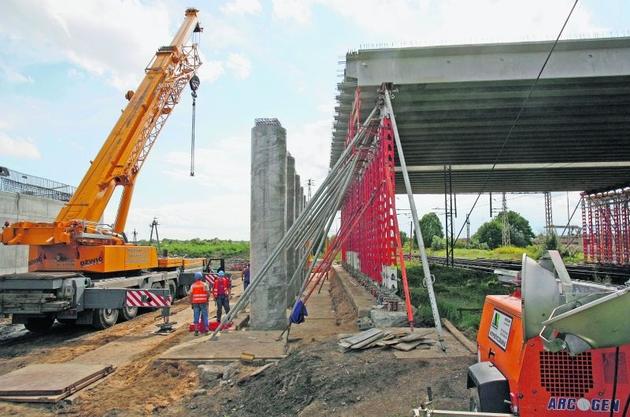 Robotnicy budowlani i kolejarze musieli skoordynować kursy pociągów z montażem elementów mostu