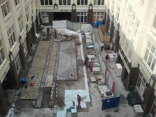 Trwa remont dziedzińca w Pasażu Pokoyhof. Już widać efekty! (ZOBACZ)
