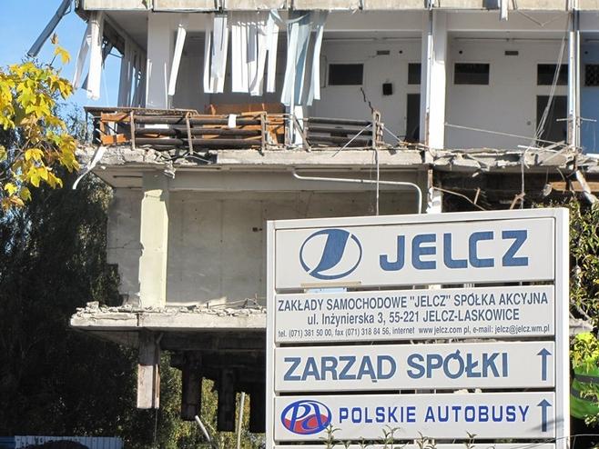 Jelcz-Laskowice: Wieżowiec legł w gruzach (ZOBACZ FILMY I ZDJĘCIA)