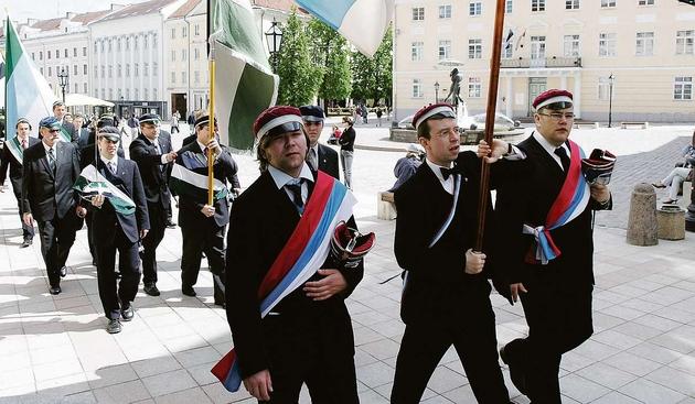 Poczet sztandarowy podczas przemarszu. Komersz Narodów Bałtyckich, Tartu 2006 r.