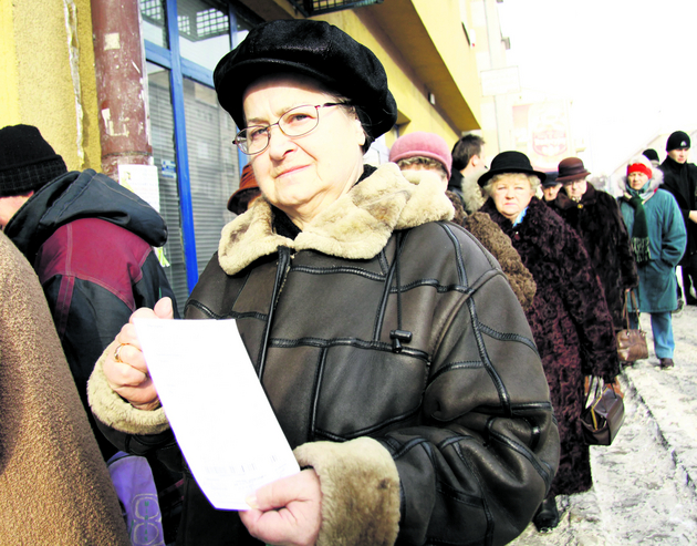 Kolejka przed apteką przy ul. Narutowicza. - Zawsze szukam apteki,  gdzie mogę najtaniej kupić lekarstwa -  mówi Krystyna Staszek, emerytka z Lublin