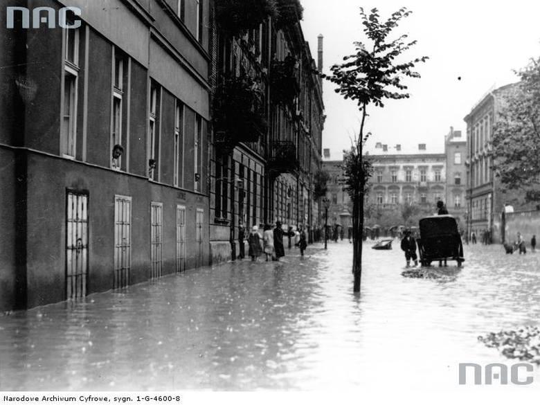 Fragment zalanej jednej z ulic Krakowa.<br /> http://audiovis.nac.gov.pl/obraz/94812/cfbe47804c54d9232169c2003327ddfa/