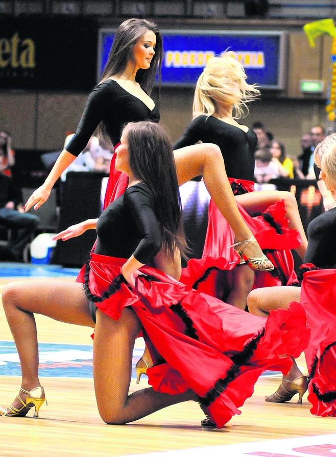 Piękne i ogniste Cheerleaderki tańczą w Gdyni
