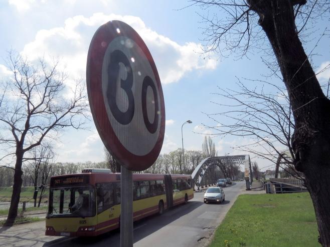 Na Kochanowskiego znaki ograniczały prędkość do 90 km/h