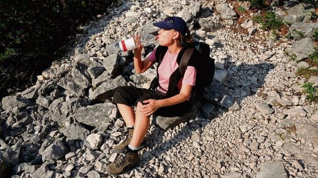 Podczas upałów należy pić do 4 litrów wody dziennie - tylko takiej z firmowymi nakrętkami