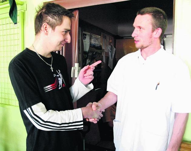 Krzysztof Sałajczyk żegna się z fizjoterapeutą Mateuszem Urbaczką