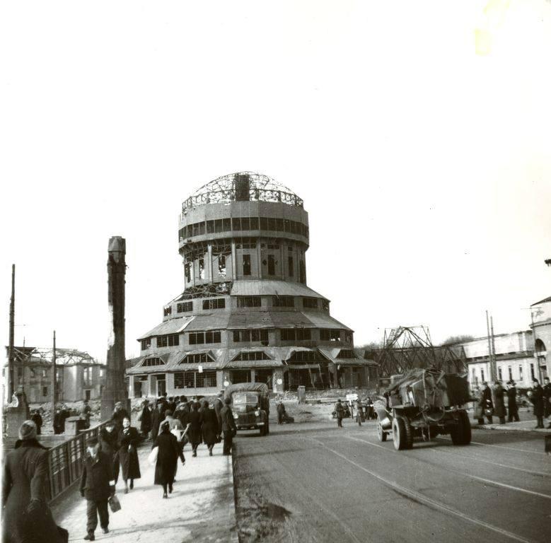 Wieża Górnośląska na terenie targów. Częściowo zniszczona już w 1944 rok w trakcie nalotu alianckich bombowców. Rozebrana po wojnie.