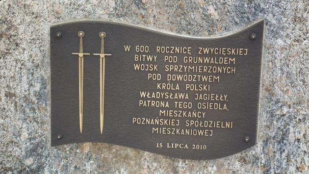Na tablicy, wykonanej przez artystę rzeźbiarza Kazimierza Rafalika widnieją dwa nagie miecze oraz pamiątkowy napis