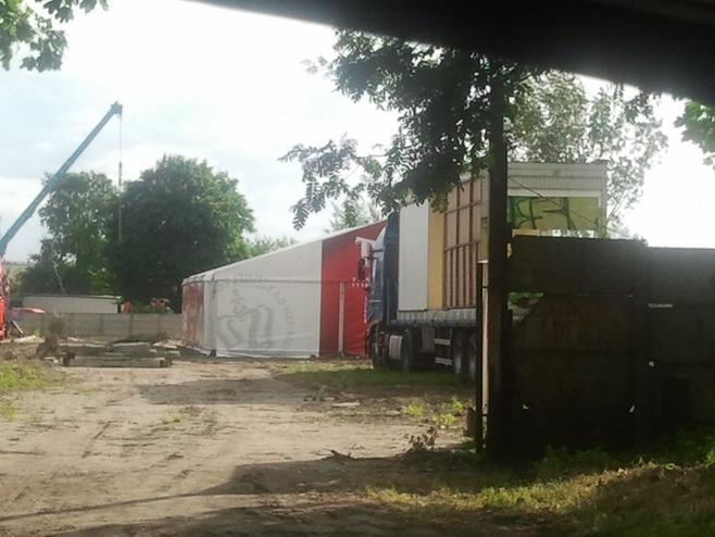 Firma Hotelioni stawia kontenery, chociaż nie ma na to pozwolenia.
