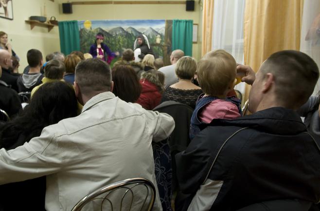 """Przedświąteczne spotkanie z rodzinami, spektakl i wizyta św. Mikołaja z prezentami dla maluchów odbyły się w areszcie przy """"Monte"""""""