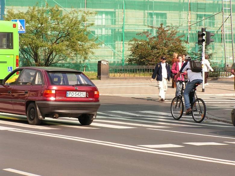 Rowerzyści latem są wszędzie. Jeżdżą slalomem między samochodami, nie zwracając na nic uwagi. Stają też na środku pasa na czerwonym świetle. Kierowco! Nie ruszysz, póki rowerzysta nie przejedzie...