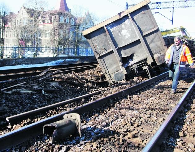 W poniedziałek podniesiono już część przechylonych wagonów