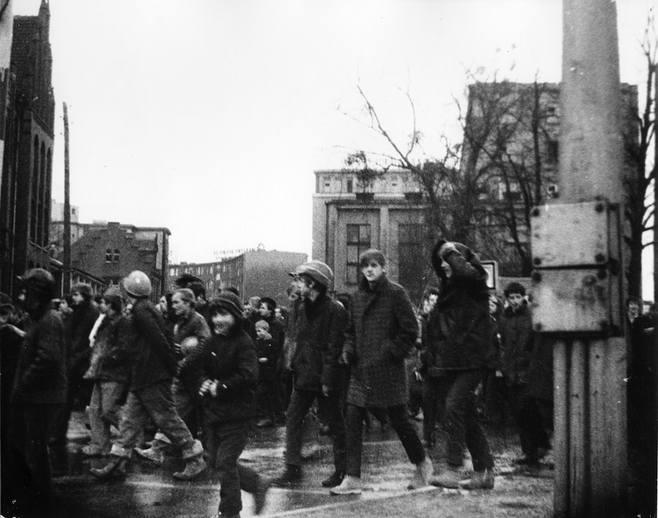 Zdjęcie zrobione 14 grudnia 1970 r. przed I Liceum Ogólnokształcącym w Gdańsku. Z tyłu po prawej widoczna obecna siedziba KK NSZZ Solidarność
