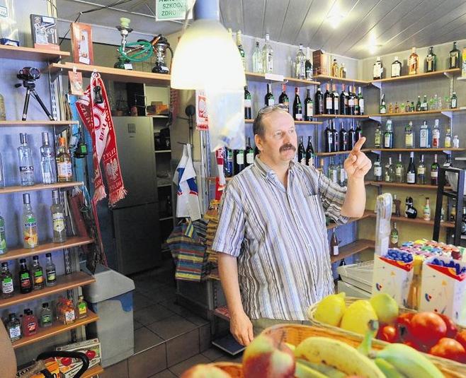 Marek Obtułowicz, właściciel sklepu spożywczego przy ulicy Głogowskiej, nie odpuszcza.