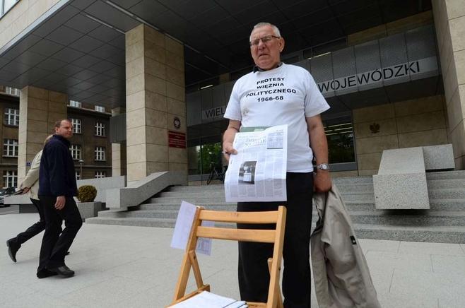 Poznań: Jednoosobowy protest przed Urzędem Wojewódzkim