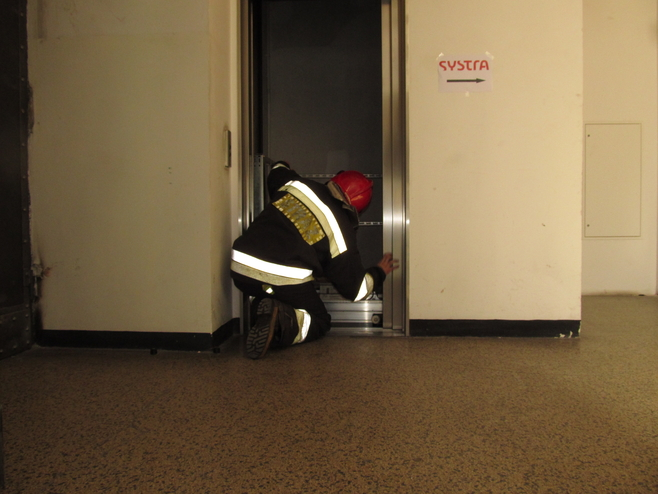 Wrocław: Strażacy uwalniali 8 osób, które utknęły w windzie (ZDJĘCIA)