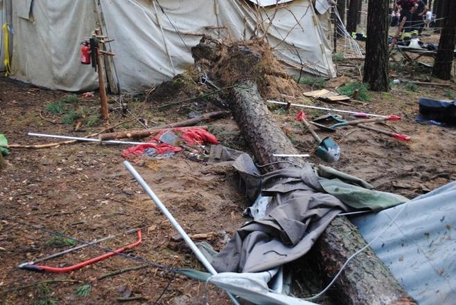 Kataklizm trwał zaledwie kilkadziesiąt sekund. Z ziemi wiatr wyrywał całe drzewa... Jedno z nich przygniotło 11-letnią harcerkę