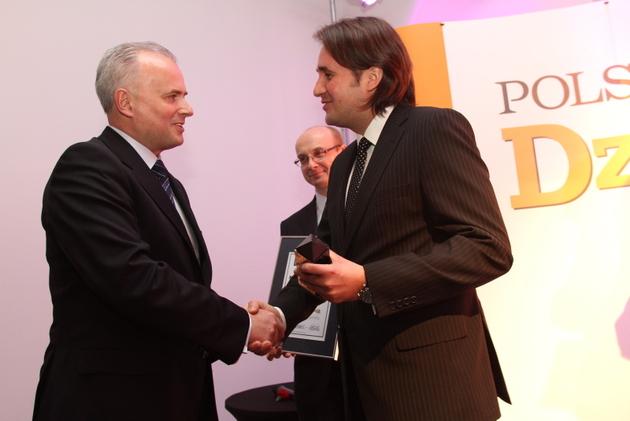 Marcin Polak, prezes łódzkiego oddziału Polskapresse (z prawej) wręcza statuetkę Markowi Maruszakowi.