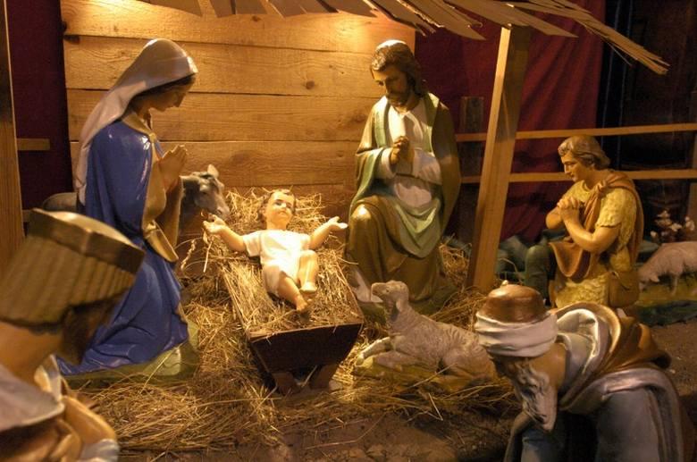 Początków satyrycznej szopki politycznej, wyśmiewającej ludzi władzy, trzeba szukać w dawnych lalkowych misteriach bożonarodzeniowych, poświęconych przyjściu