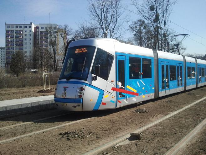 Tramwaj próbny jedzie nowym torowiskiem wzdłuż ul. Pilczyckiej na wysokości ul. Kolistej