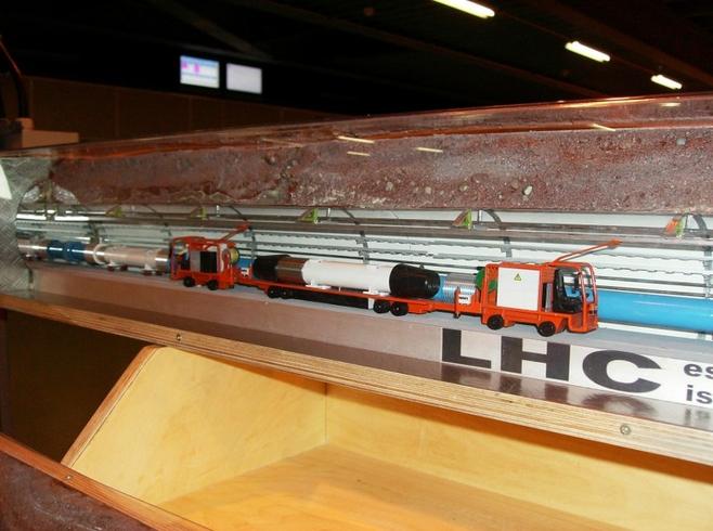 Model pokazujący sposób układania pod ziemią elementów toru wiązek LHC