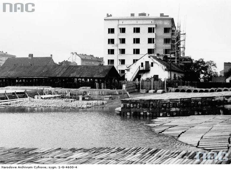 Fragment zalanego placu Na Groblach i Miejskiej Fabryki Betonu.<br /> http://audiovis.nac.gov.pl/obraz/94787/cfbe47804c54d9232169c2003327ddfa/