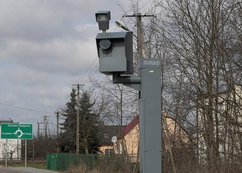 """Fotoradary. Stoją wszędzie. Nawet w miejscach, gdzie zupełnie nie są potrzebne. Trudno myśleć o nich inaczej, niż jak o """"wyciągaczu"""" pieniędzy z portfeli kierowców."""