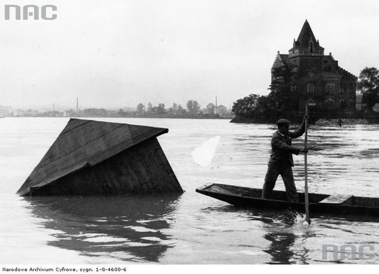 Wylew Wisły pod Wawelem. Widoczna unosząca się budka kąpielowa.<br /> http://audiovis.nac.gov.pl/obraz/94798/cfbe47804c54d9232169c2003327ddfa/