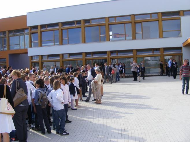 W Dąbrówce  otwarto ową szkołę