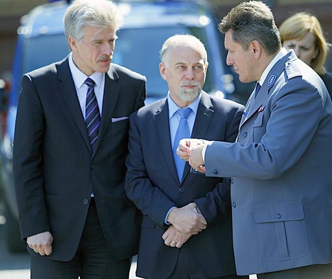 Patrzcie mi na usta i powtarzajcie...Od lewej: prezydent Poznania Ryszard Grobelny, wojewoda wielkopolski Piotr Florek i komendant wojewódzkiego policji